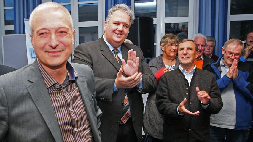 Bürgermeisterwahl in Pegnitz. Uwe Raab von der SPD, links, der mit 53,48% neuer Bürgermeister von Pegnitz ist, empfängt die Glückwünsche von seinen Anhängern und gibt zahlreiche Interviews. Herausforderer Wolfgang Hempfling von der CSU unterlag mit 46,52% der Stimmen.....Foto: Michael Müller