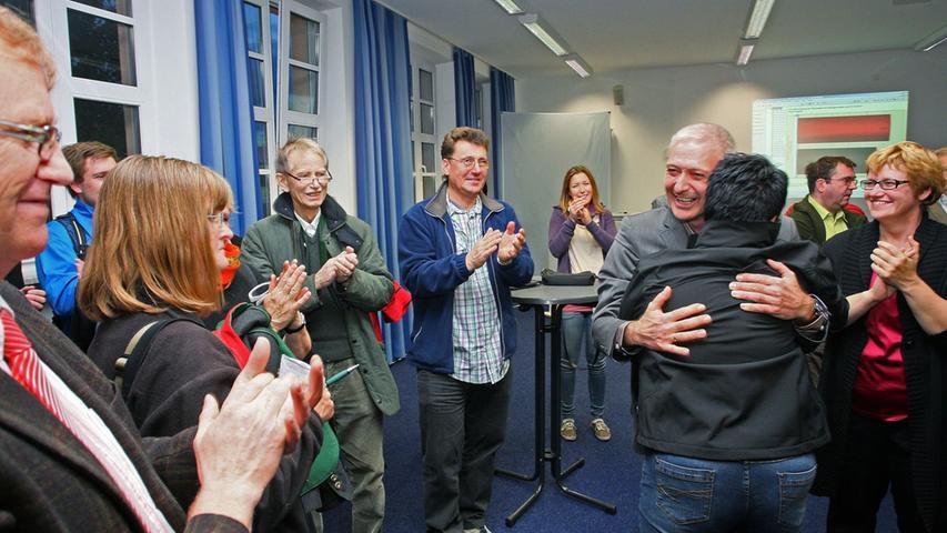 Bürgermeisterwahl in Pegnitz. Uwe Raab von der SPD, empfängt die Glückwünsche von seinen Anhängern und gibt zahlreiche Interviews. Herausforderer Wolfgang Hempfling von der CSU unterlag mit 46,52% der Stimmen.....Foto: Michael Müller