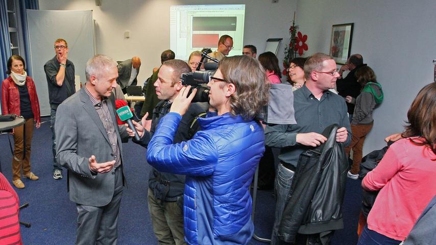 Bürgermeisterwahl in Pegnitz. Uwe Raab von der SPD, der mit 53,48% neuer Bürgermeister von Pegnitz ist, empfängt die Glückwünsche von seinen Anhängern und gibt zahlreiche Interviews. Herausforderer Wolfgang Hempfling von der CSU unterlag mit 46,52% der Stimmen.....Foto: Michael Müller