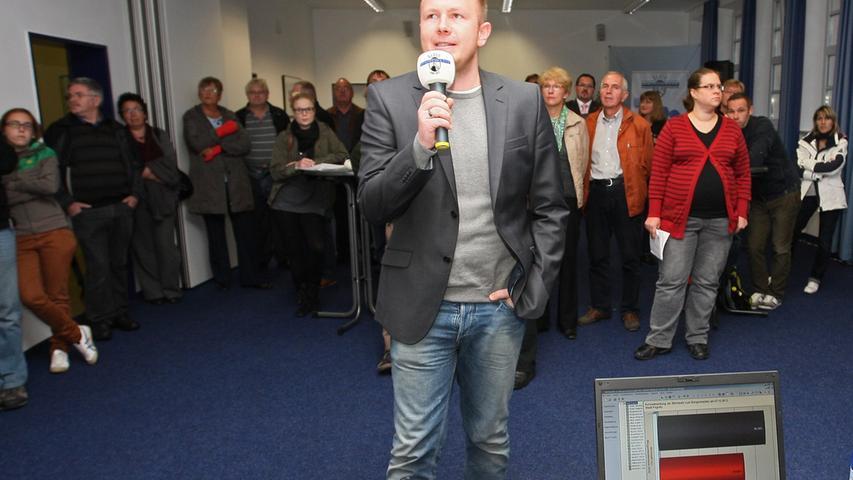 Bürgermeisterwahl in Pegnitz. Uwe Raab von der SPD, der mit 53,48% neuer Bürgermeister von Pegnitz ist, empfängt die Glückwünsche von seinen Anhängern und gibt zahlreiche Interviews. Herausforderer Wolfgang Hempfling von der CSU unterlag mit 46,52% der Stimmen. Verkünden der einzelnen Wahlergebnisse aus den verschiedenen Stimmbezirken. Insgesamt waren es 23.....Foto: Michael Müller