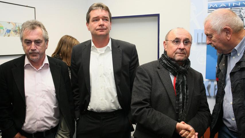 Bürgermeisterwahl in Pegnitz. Uwe Raab von der SPD, der mit 53,48% neuer Bürgermeister von Pegnitz ist, empfängt die Glückwünsche von seinen Anhängern und gibt zahlreiche Interviews. Herausforderer Wolfgang Hempfling von der CSU unterlag mit 46,52% der Stimmen. Die geschlagene CSU nach dreißigjähriger Stadtregierung.....Foto: Michael Müller
