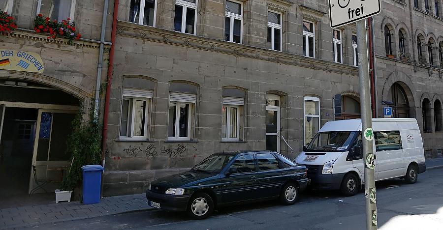 Hier, im ersten Stock des Hauses in der Hirschenstraße 19, wuchs Jakob Schönberg auf.