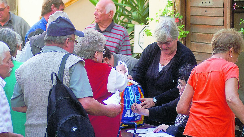 Dicht gedrängt warten die Ärmsten der Kirchengemeinde darauf, dass sie ihr Paket zugeteilt bekommen.