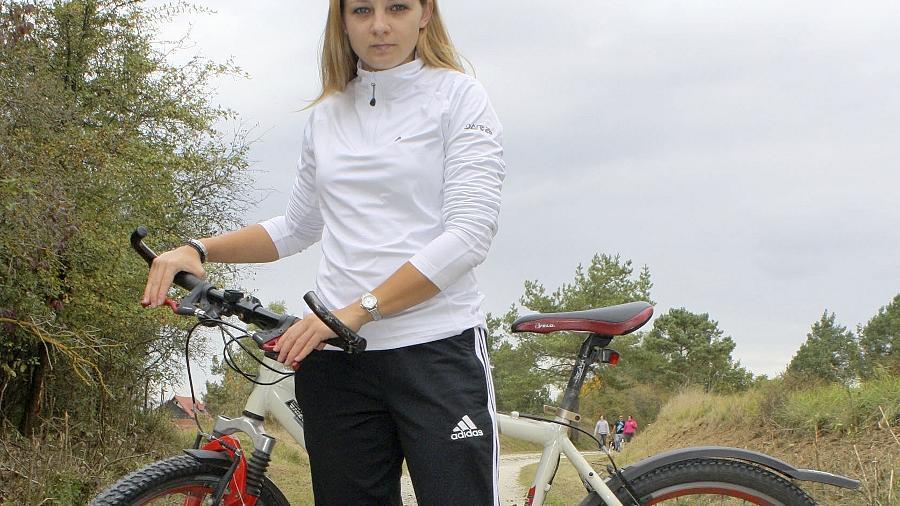 Theresa Rost auf den Überresten des Hollfelder Radweges.