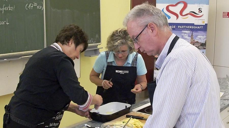 Quer durch Frankreichs Küche ging's beim Kochabend des Partnerschaftskomitees. Die gefüllten Tomaten im Vordergrund rundeten die zubereiteten Braten ab.