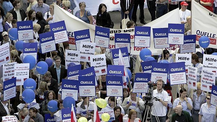 Rund 4000 Beschäftigte von Quelle und Karstadt demonstrierten im Sommer 2009 in Nürnberg vor dem Quelle-Einkaufszentrum und forderten Staatshilfen für den angeschlagenen Konzern. Damals herrschten pure Angst und Verzweiflung.