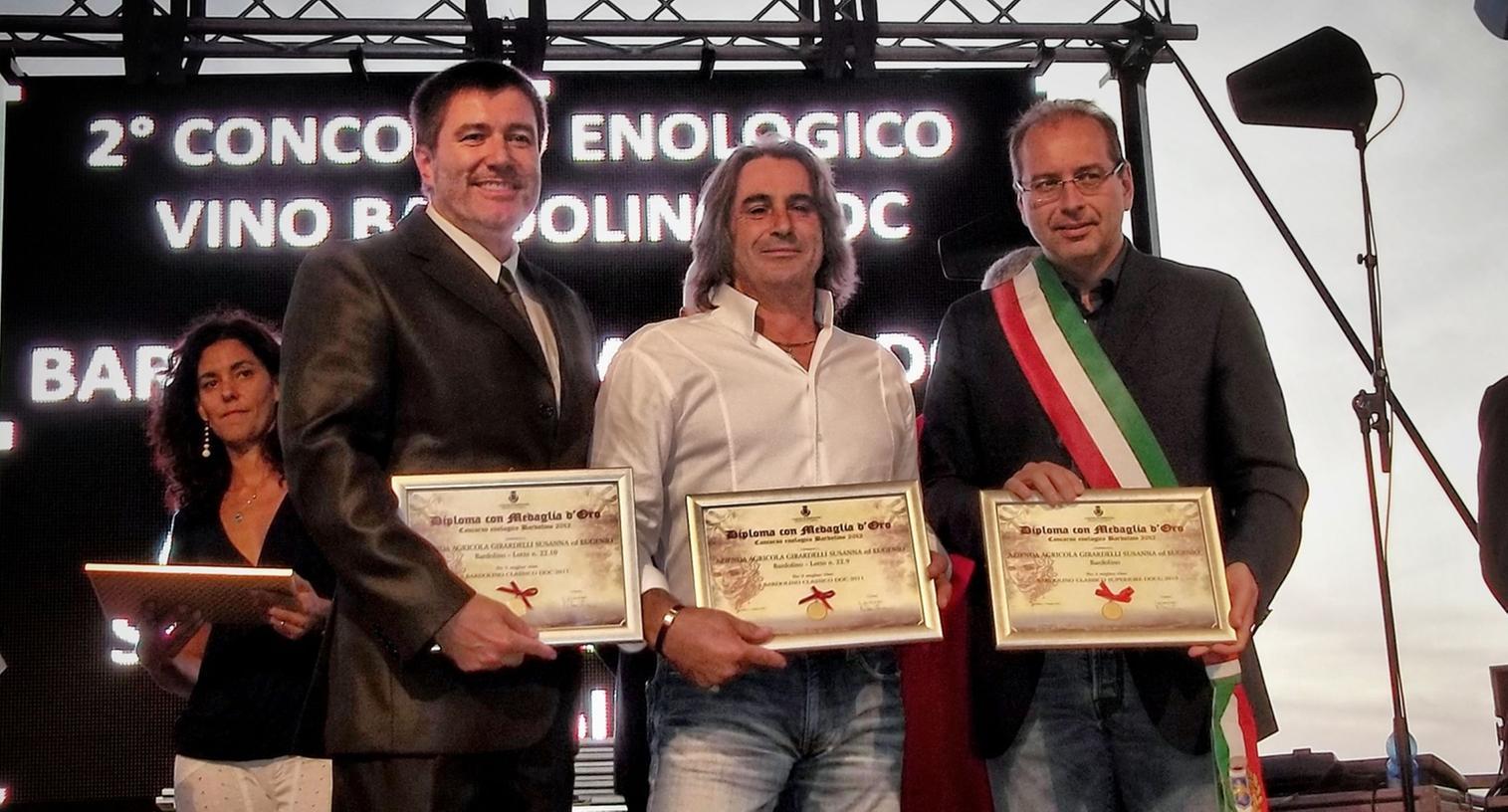Rednitzhembachs Bürgermeister Jürgen Spahl und sein Kollege Ivan de Beni überreichen Eugenio Girardelli drei Urkunden für hervorragende Weine.