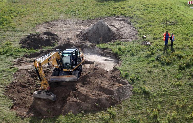 Im September 2012 fürchtete man, bei Bauarbeiten Nahe der A6 bei Schwabach auf einen Blindgänger gestoßen zu sein. Ein Entschärfungseinsatz mitsamt weiträumiger Evakuierung blieb glücklicherweise aus: Das Leitwerk einer alten 250 Kilogramm schweren Bombe und einzelne Metallreste waren alles, was man bei den Ausgrabungen fand.