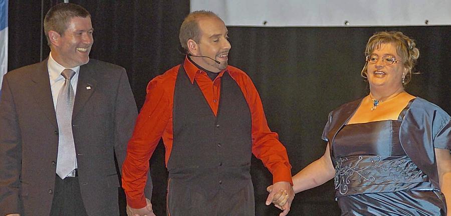 Bauchredner Marcelini (Mi.) holte sich kurzerhand Bürgermeister Jürgen Spahl (li.) und dessen Stellvertreterin Gabi Müller (re.) auf die Bühne.