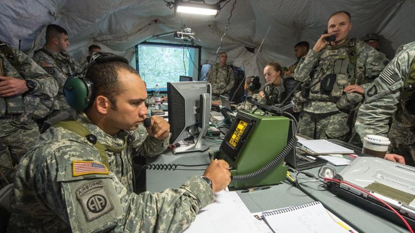 US-Soldaten arbeiten in einem mobilen taktischen Lagezentrum.