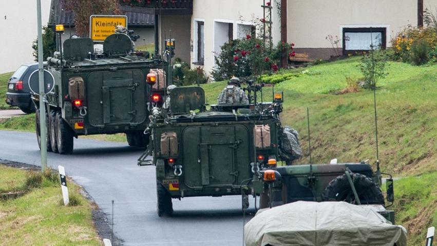 Militärfahrzeuge fahren durch Kleinfalz.