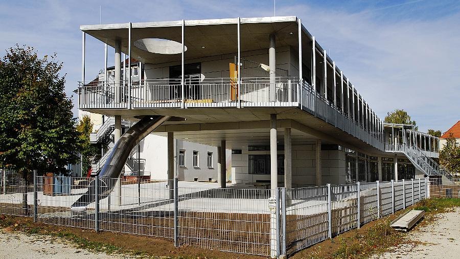 Das vom Fürther Architekten Volker Haid entworfene Schulgebäude dockt wie ein Doppelflügel eines Jumbo-Jets an den Altbau der Montessori-Schule in der Artilleriestraße an. Begonnen hatte sie 1992 mit 16 Schülern.