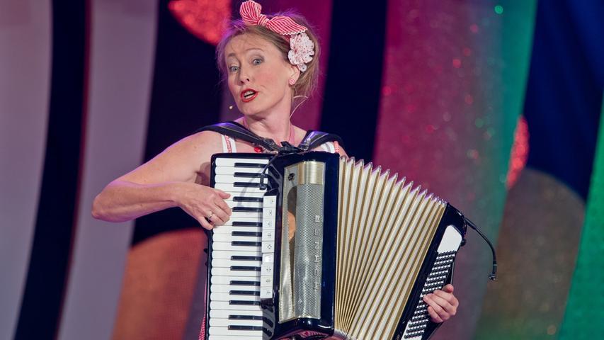 ... auch musikalisch zu. Jutta Bollwein unterhält mit ihrer Quetschkommode. Damit möchte auch sie