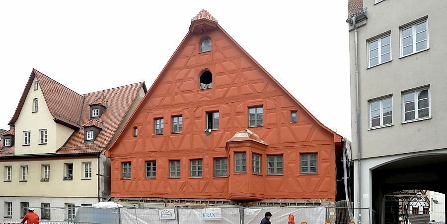 Nicht zu übersehen: An der Fassade des Gebäudes Königstraße 17 sind nicht nur die Fachwerkbalken rot. Schon in früheren Jahrhunderten soll das Haus so ausgesehen haben.