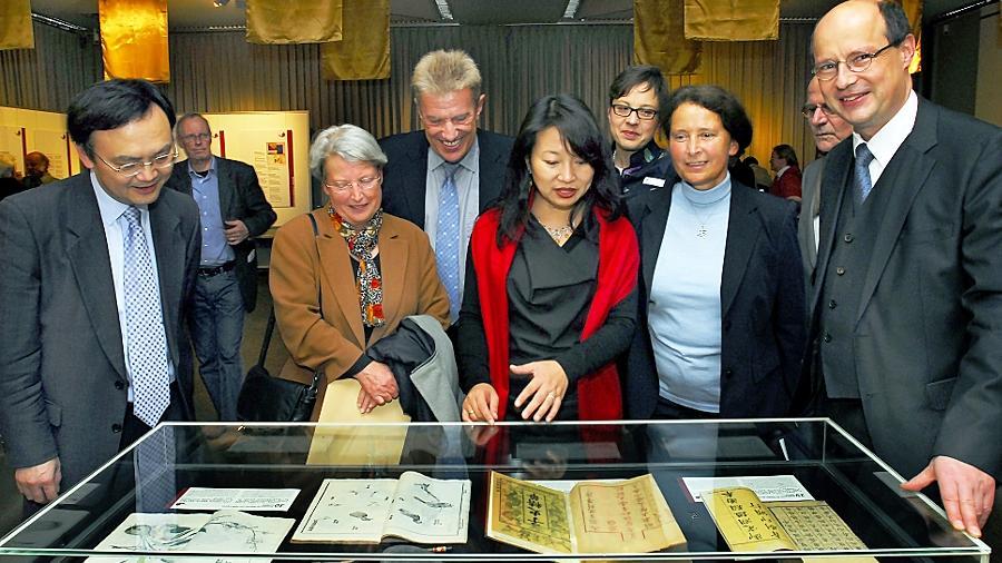 """Großes Interesse bei der Vernissage für """"Die Bücher des letzten Kaiserreiches"""": Blick in die Ausstellung."""