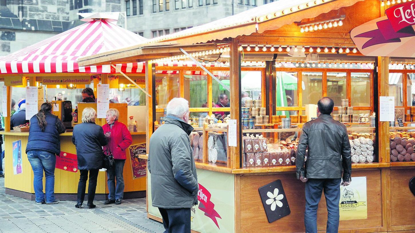 Rund ein Dutzend Buden formieren sich rund um das Lorenzer Wetterhäuschen zum Nürnberger Lebkuchenmarkt. Lokale Anbieter sind mit ihren Produkten vertreten.