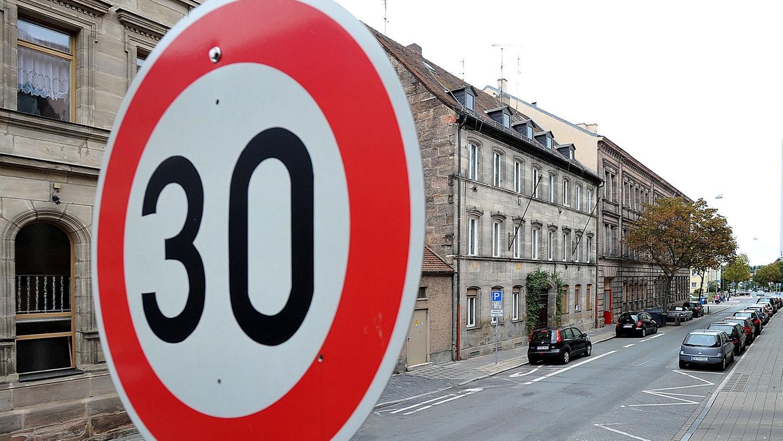 Das Verwaltungsgericht Ansbach bestätigte die Tempo-30-Regelung vor dem Dürer-Gymnasium (Symbolbild).