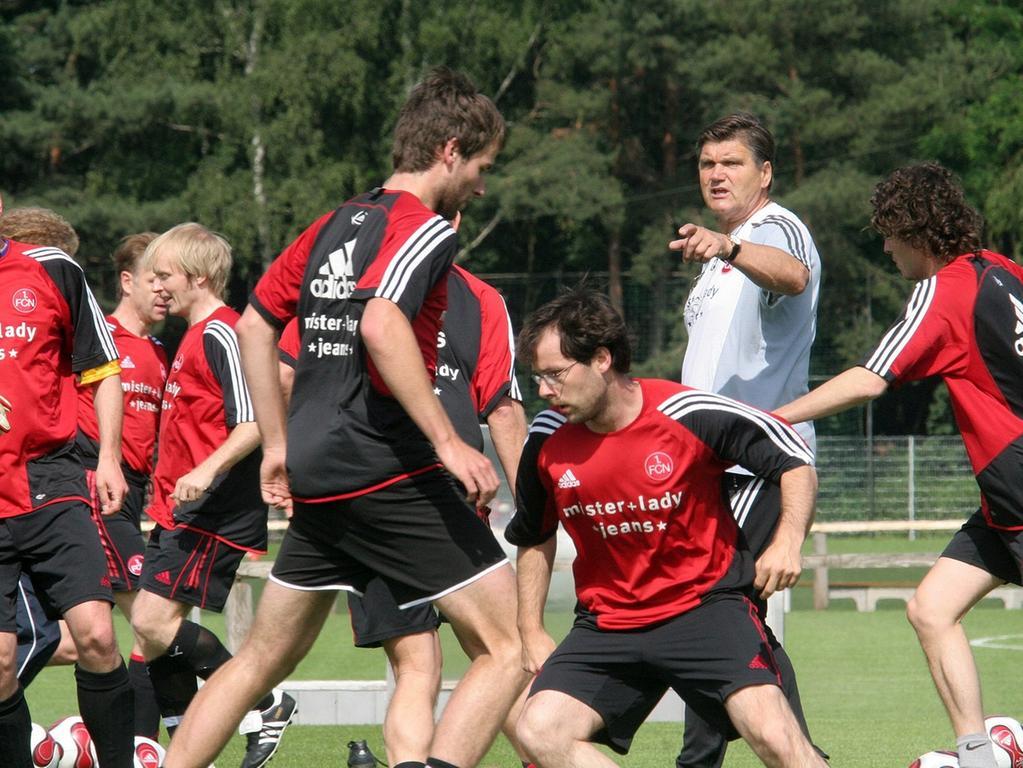 LOKALES FOTO: Eduard Weigert..Hans Meyer trainiert die deutsche Nationalmannschaft der Schriftsteller