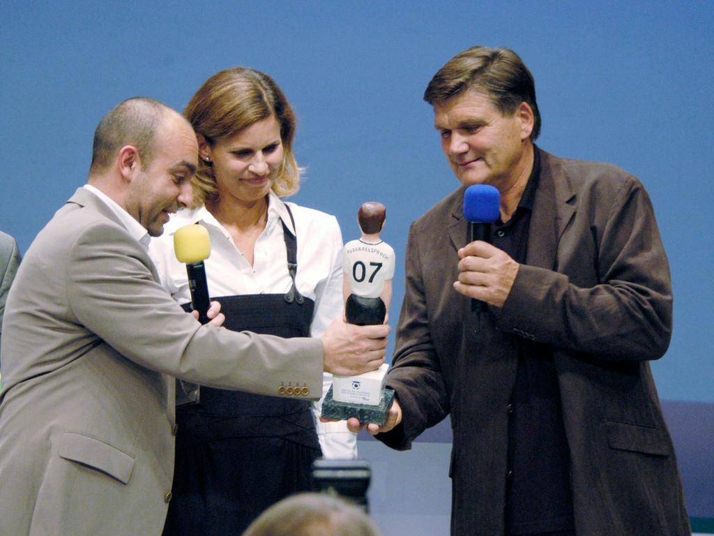 Django Aül, Katrin Müller-Hohenstein und Hans Meyer bei der Verleihung des deutschen Fußball - Kulturpreises in der Tafelhalle. Foto: Hagen Gerullis 20071005