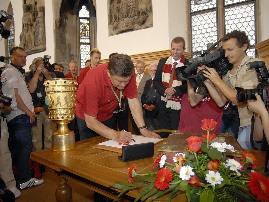 Nürnberg: Empfang des 1. FC Nürnberg im Rathaus durch OB Ulrich Maly nach DFB-Pokalsieg in Berlin - hier trägt sich Trainer Hans Meyer ins Goldene Buch der Stadt ein - 27.5.2007. Foto: Harald Sippel