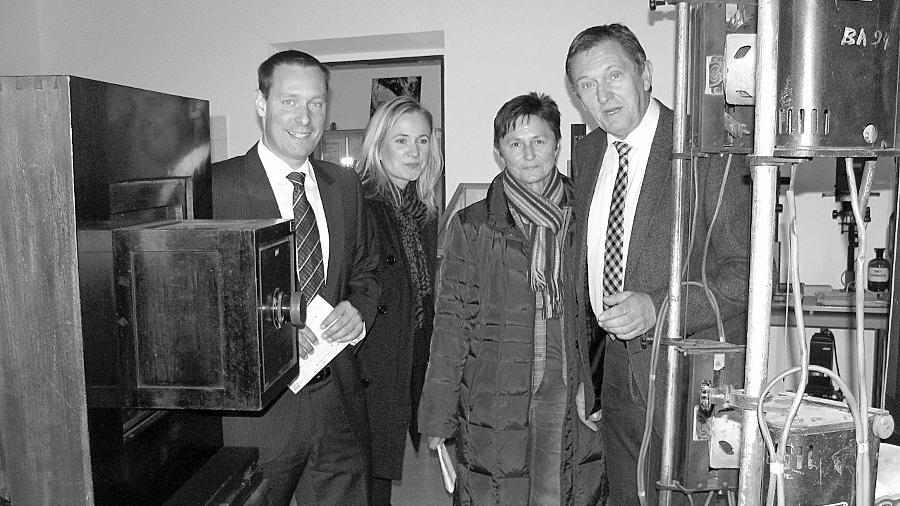 Landrat Armin Kroder (l.) und sein Amtskollege Hermann Hübner (r.) ließen sich von Simone Schmidt (2. v. l.) und Renate Pickelmann das Deutsche Kameramuseum zeigen und informierten sich über die Situation in Plech.