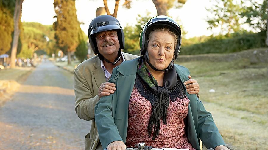 Ja, diese Oma, die hat Schwung. Schließlich kommt sie aus Bayern! Marianne Sägebrecht nimmt mit Giancarlo Giannini Fahrt auf.
