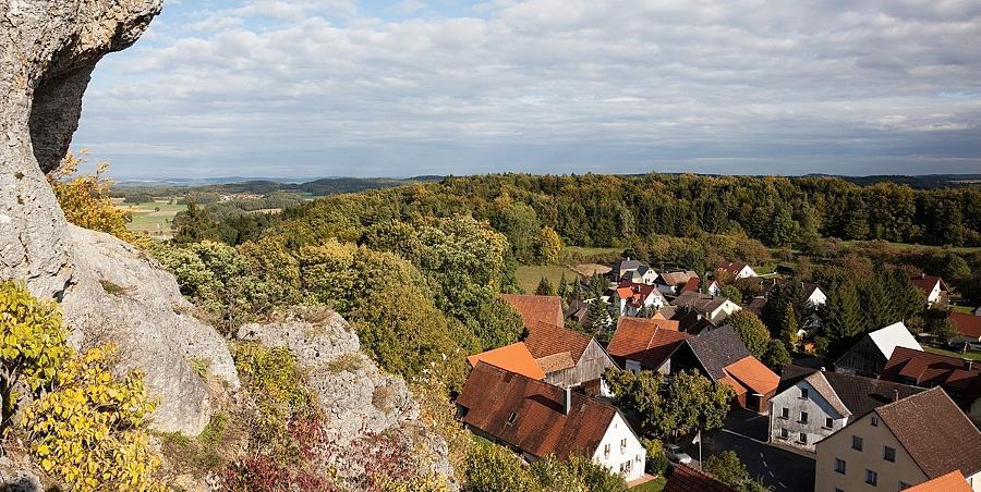 Blick vom Aussichtsfelsen auf Wichsenstein. Weitere Bilder von der Wanderung im Internet unter www.nz.de/blogs/lieb.