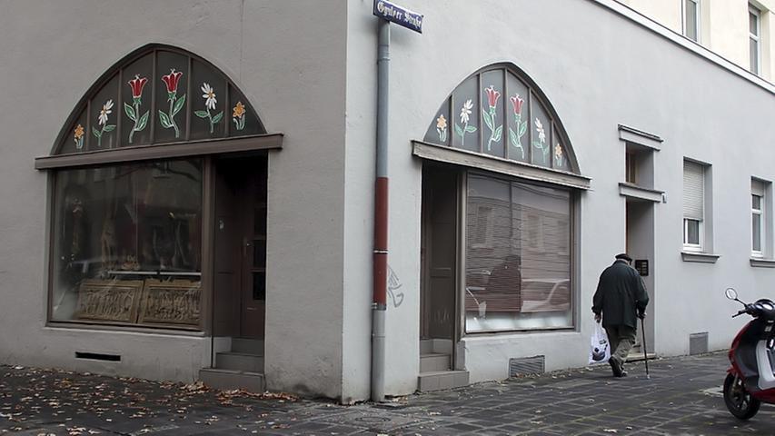 Eigentlich arbeitet Abdurrahim Özüdogru in einer Fabrik. Nebenbei nimmt er in seiner Änderungsschneiderei in der Gyulaer Straße im Nürnberger Stadtteil Steinbühl Kleidung an, um sie auszubessern. In dem kleinen Eckladen wird der 49-Jährige am späten Nachmittag mit zwei Kopfschüssen hingerichtet. Gegen 21.30 Uhr entdeckt ein Passant den Toten. Er blickt von der Straße aus in das Geschäft, weil dort noch Licht brennt. Özüdogru sitzt auf dem Boden, in einer Blutlache.