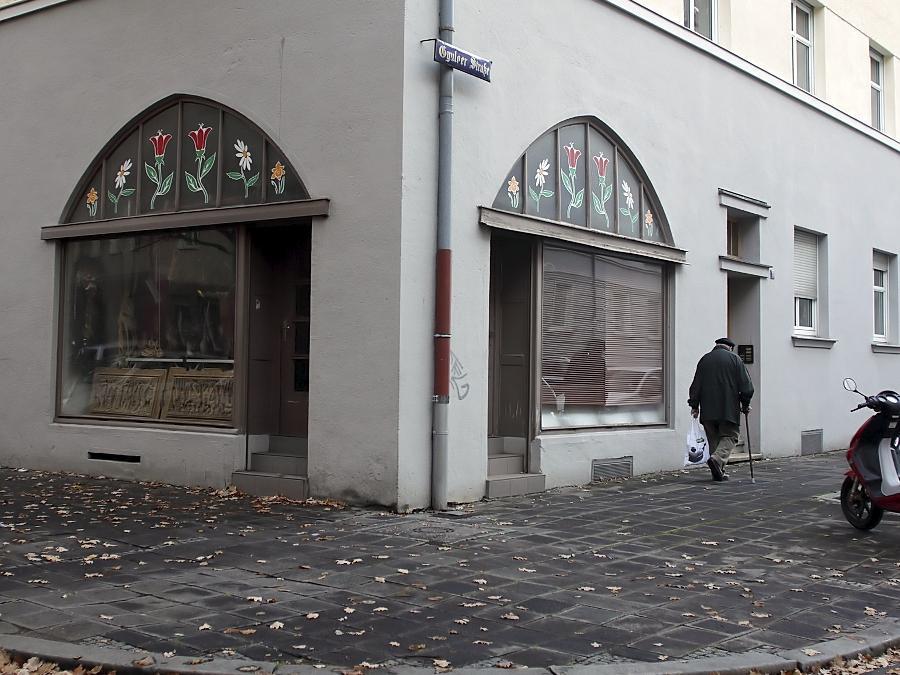 Die Änderungsschneiderei, in der am 13. Juni 2001 Abdurrahim Özüdogru ermordet wurde, ist heruntergekommen. Die roten Tulpen in den Fensterbögen sind auch im Bekennervideo der NSU zu sehen.