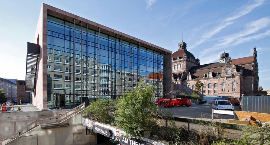 Kleiner Nachbar: Das Schauspielhaus Nürnberg neben der Oper war nach dem Krieg ursprünglich ein Filmtheater für amerikanische Soldaten. Später wurde es zum Schauspielhaus umfunktioniert und 1959 eröffnet. 2008 begannen umfangreiche Renovierungsarbeiten,...