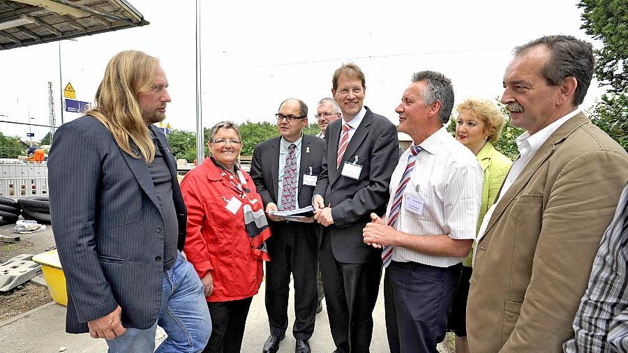 Mitglieder des Petitionsausschusses des Bundestags besprachen Ende Mai 2011 mit Fürther Politikern und Oberbürgermeister Thomas Jung (2. v. re.) am Bahnhof in Stadeln die Problematik des S-Bahn-Verschwenks.