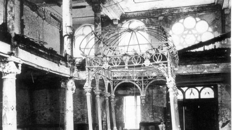 ...ging die Synagoge in hellen Flammen auf. Die Feuerwehr schützte auch hier nur die Nachbarhäuser. Nach dem Brand...