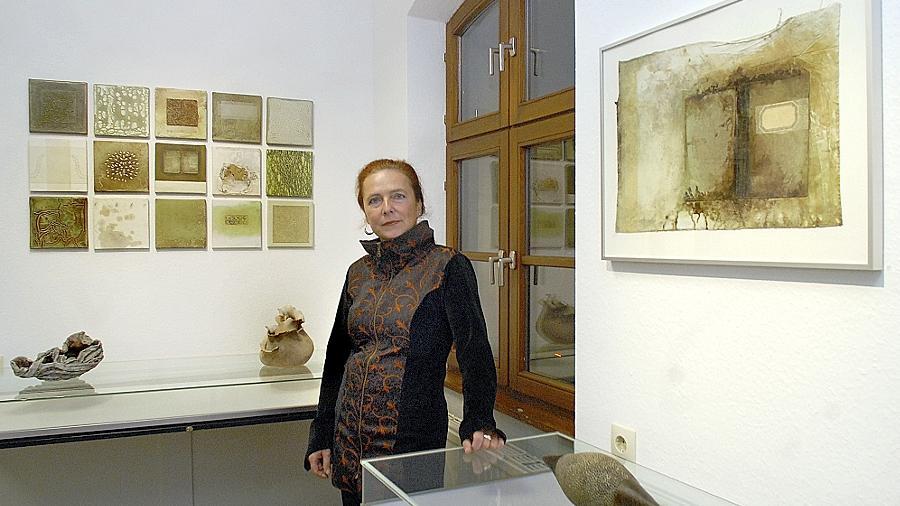 Verarbeitet Farben und Materialien: Lucie Schaller inmitten ihrer Exponate beim Kunstverein.