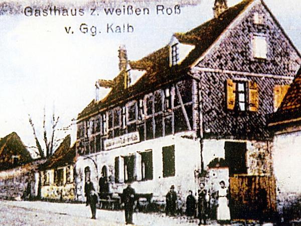 """Weit über Erlenstegen hinaus bekannt war die zweite, seit 1862 vom Metzgermeister Friedrich Kalb geführte Dorfwirtschaft, der """"Kalbsgarten"""", früher """"Weißes Roß"""" genannt. 1969 stellte sein Enkel Andreas Kalb den Betrieb ein."""