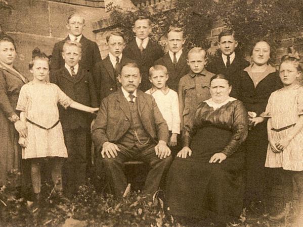 """Stolz posierte der Gastwirt Georg Kalb (""""Wirts-Kalb"""") um 1920 herum inmitten seiner großen Familie."""
