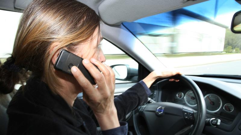 Wer mit dem Handy in der Hand am Steuer erwischt wird, muss mindestens 100 Euro zahlen. Außerdem gibt es einen Punkt in Flensburg. Bei Radlern beträgt das Bußgeld 55 Euro, sie kommen allerdings ohne Punkt davon.
