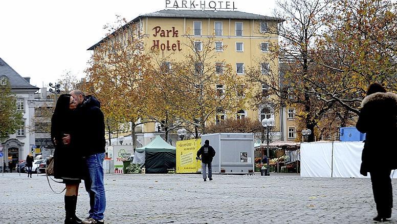"""Das Park-Hotel, von der Freiheit aus gesehen: Nach Ansicht der Kritiker darf das Gebäude nicht """"gesichtslosen Neubauten"""" weichen."""
