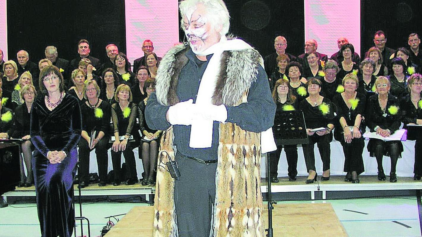 Die Musical Night des Heßdorfer Singkreises war ein voller Erfolg. Unser Bild zeigt Thomas Vogler als Theaterkater Gus und Sopranistin Anja Lugert (l.)
