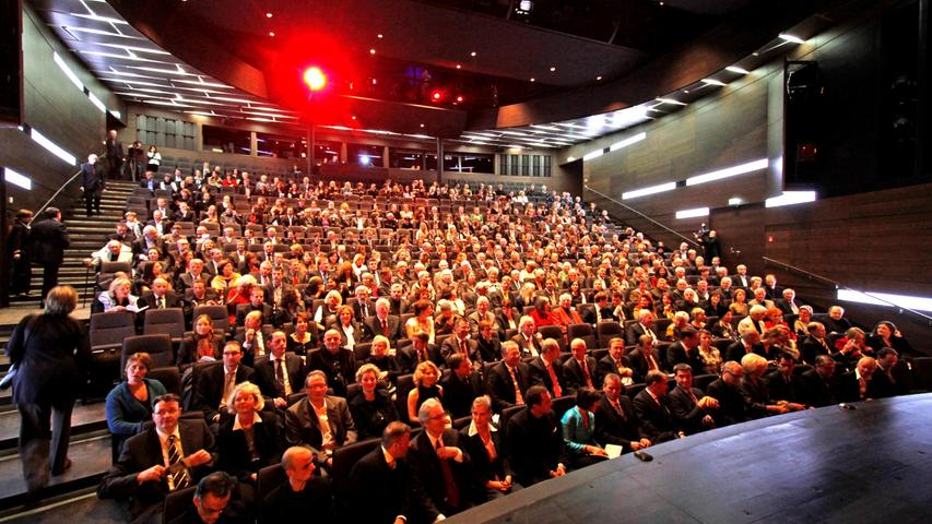 ...das Haus erhielt zudem dringend benötigte, modernste Bühnentechnik. Im Oktober 2010 feierte das generalsanierte Schauspielhaus seine Wiedereröffnung.