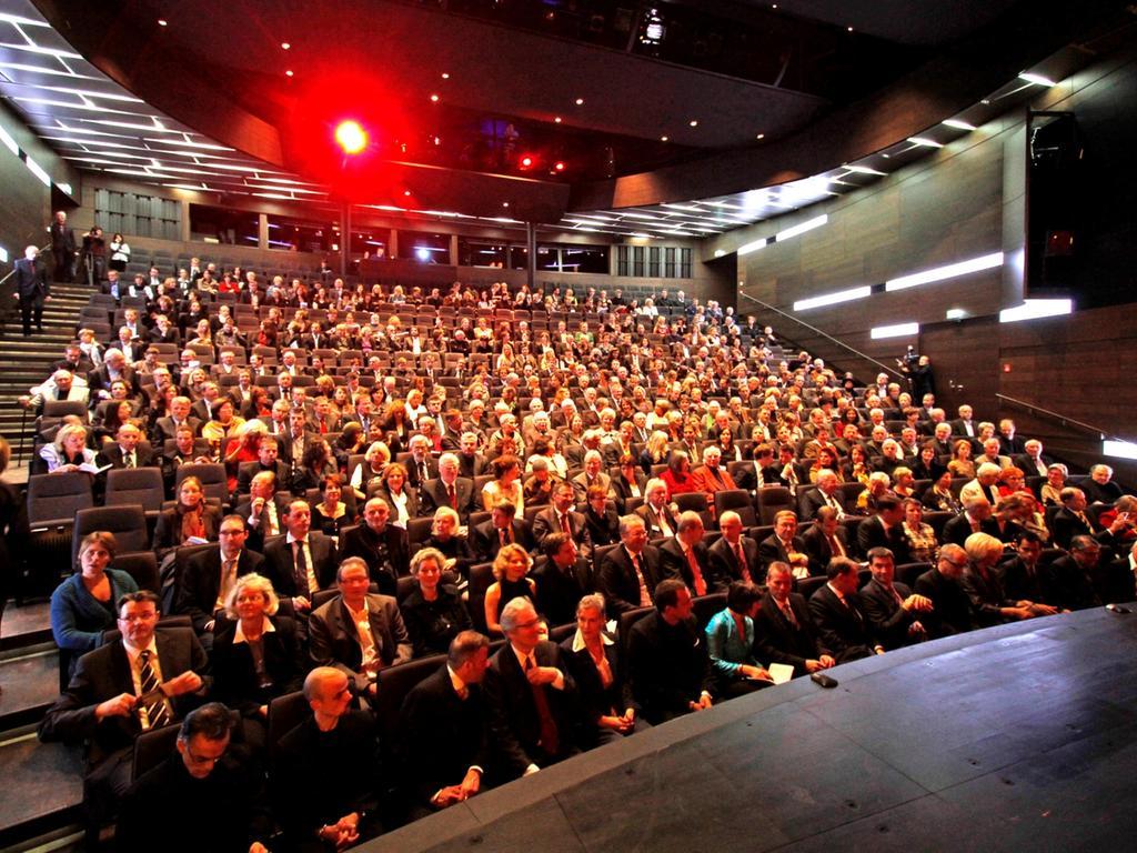 Vollbesetzte Reihen beim Festakt zur Eröffnung des generalsanierten Schauspielhauses.