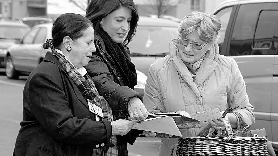 In Langenzenn sammelten die FU-Kreisvorsitzende Andrea Barz (links) und Adelheid Seifert (Mitte) von der FU Zirndorf Unterschriften.
