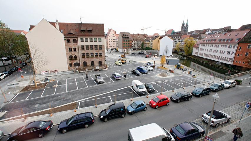 Wenige Monate später waren die Mauerreste dann wieder verschwunden. Überdeckt hatte sie eine Asphaltdecke - der auf dem Gelände entstandene Parkplatz für rund 150 Autos sollte nur eine Zwischennutzung sein, ist aber noch immer dort zu finden.
