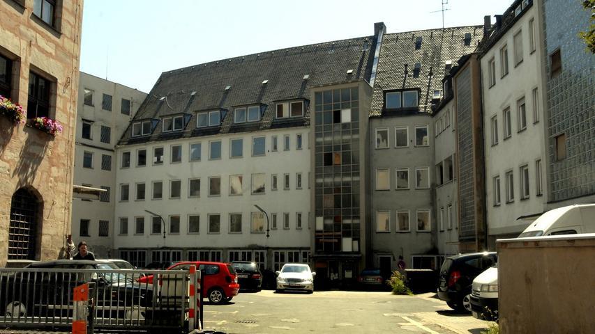 Viele Jahre lang verrottete das Augustinerhof-Areal, immer noch als Parkplatz genutzt, danach vor sich hin. Erst 2008 konnte es zu einer Zwangsversteigerung des Geländes kommen. Im selben Jahr veröffentlichte auch Dirk Kruse seinen Kriminalroman