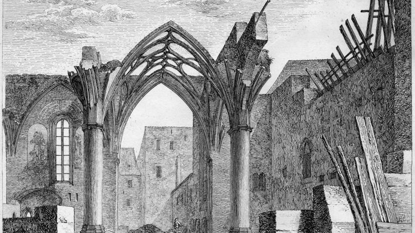 Nahe des heute als Augustinerhof bekannten Geländes stand ab dem 13. Jahrhundert ein 1265 erstmals urkundlich erwähntes Augustinerkloster. Nach der Reformation wurden die Gebäude von Ämtern der Reichsstadt Nürnberg genutzt, danach standen sie lange leer und verfielen. 1872 wurden sie dann restlos abgerissen. Interessanterweise ein Schicksal, das sie mit den 125 Jahre später an Ort und Stelle stehenden Gebäuden teilen sollten.