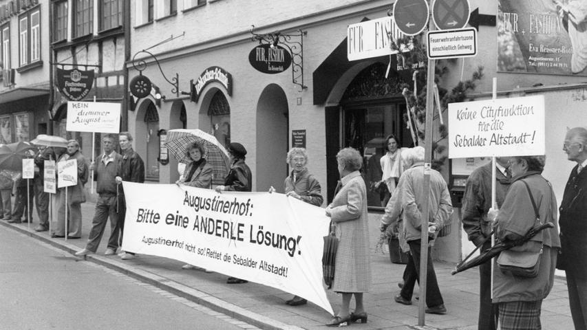 Eine breite Gegnerschaft, angeführt von den Mitgliedern des Vereins Altstadtfreunde e.V., formierte sich damals gegen die Pläne des Bauherrn und der Stadtspitze. Hier ist eine Demonstration des Bürgerforums