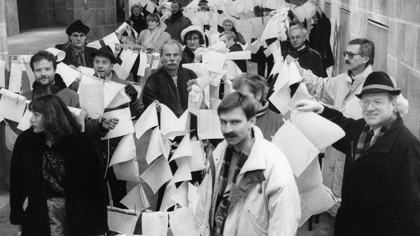 Schon Ende des Jahres 1991 konnten die Mitglieder des Bürgerforums zahllose Unterschriften gegen den Entwurf Jahns sammeln und der Verwaltung übergeben. An einer Wäscheleine hängten sie die Unterschriften außerdem vor dem Rathaus auf. Nach jahrelangem Hin- und Her gab es im Jahr 1996 den ersten und bis heute einzigen Bürgerentscheid, bei dem fast 69 Prozent der teilnehmenden Nürnberger gegen die