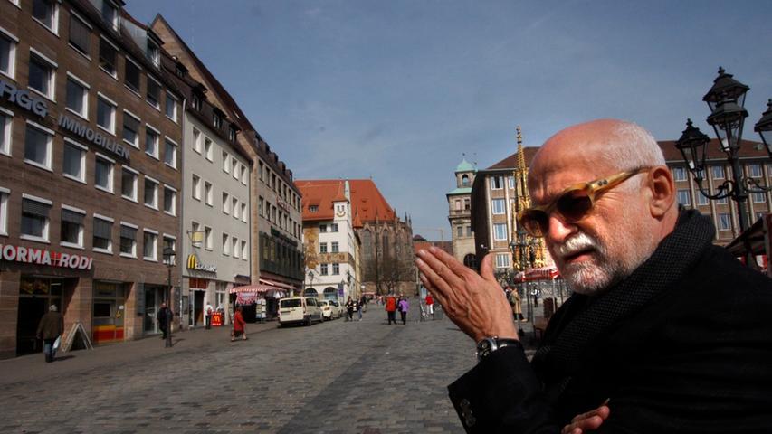 Bei der Zwangsversteigerung setzte sich die alpha Gruppe von Gerd Schmelzer durch. Der Immobilienunternehmer hat in Nürnberg bereits an zahlreichen Standorten neue Projekte zum Leben erweckt, wie im Tilly Park, im Grundig Immobilienpark oder in den Sebalder Höfen. Hier steht er am Hauptmarkt und weist in Richtung seines Projekts am Augustinerhof.