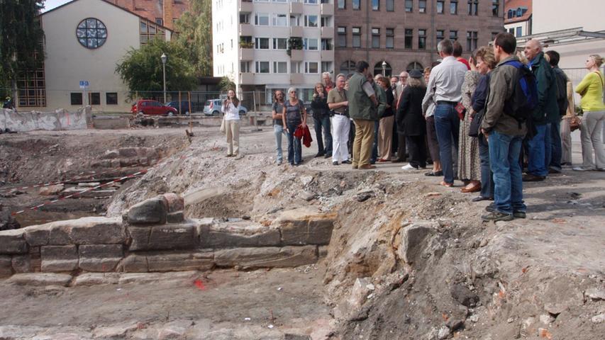 Im gleichen Jahr wurden archäologische Ausgrabungen auf dem Gelände durchgeführt. Die Öffentlichkeit bekam für kurze Zeit Gelegenheit, die wenigen Ruinen dort zu sehen - wie hier beim Tag des offenen Denkmals.