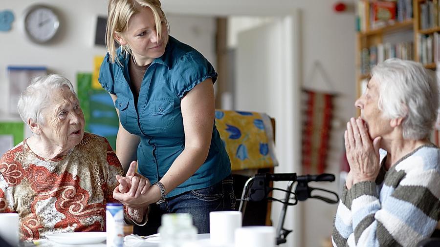 Nur in einem Drittel aller Fälle werden Demenzkranke in einem Heim gepflegt, in den meisten Fällen ist die häusliche Pflege durch Angehörige oder durch nur in Ausnahmefällen in Anspruch genommene ambulante Dienste gesichert.
