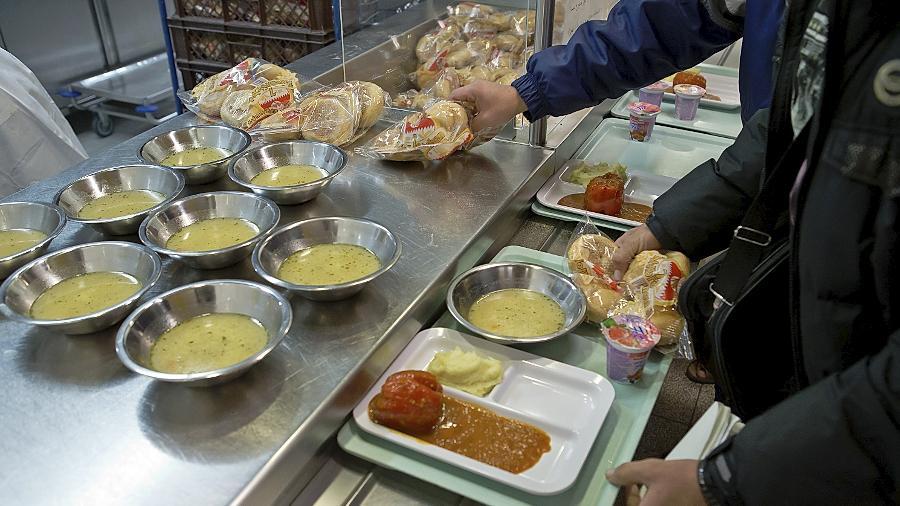 Essensausgabe in der Zirndorfer Erstaufnahmeeinrichtung: Anders als in den anderen Sammelunterkünften werden die Asylbewerber hier an sechs Wochentagen zumindest mittags bekocht. Vesperpakete ergänzen das Angebot.